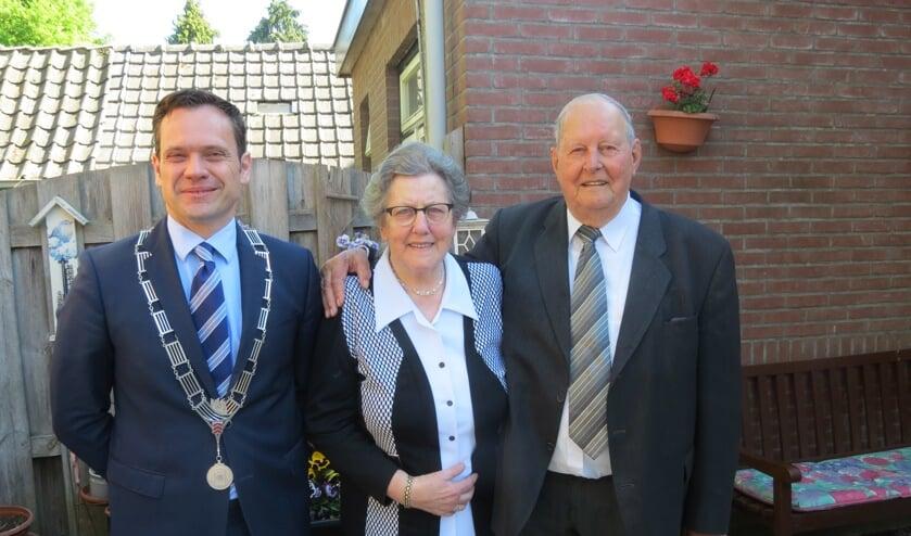 Het diamanten huwelijkspaar met burgemeester Sjoerd Potters.
