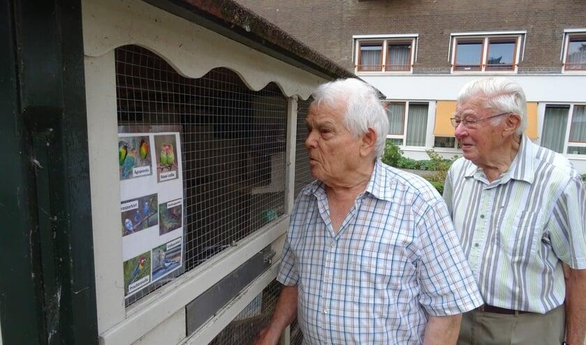 Freek Adelerhof (l) en Piet van Regteren (r) willen graag hulp bij het verzorgen van de prachtige volière bij Verzorgingshuis De Koperwiek in Bilthoven.