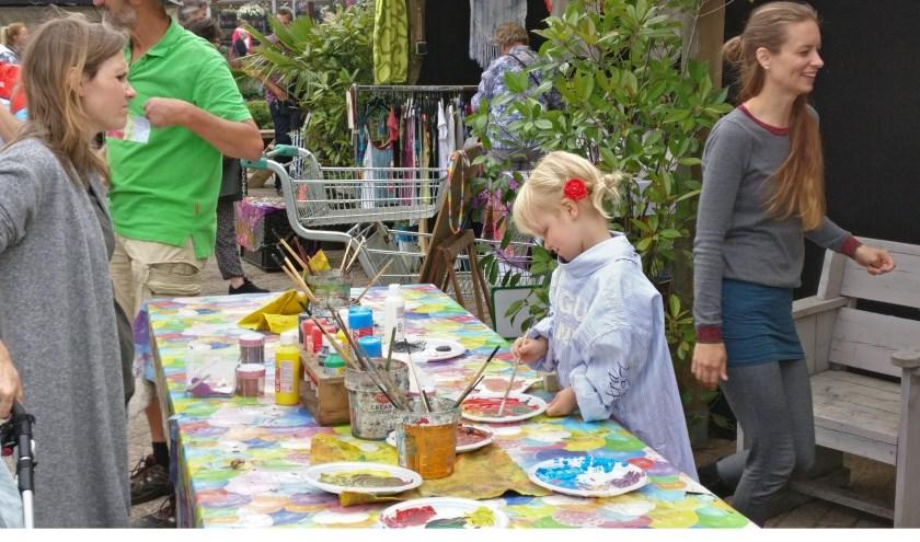 Vaste gast is Henk de Houthakker - een vriendelijke reus - , waar kinderen ook allerlei (houten) artikelen mogen beschilderen.