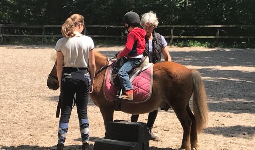 Kinderen maken op een vrolijke en ontspannen manier kennis met andere nieuwkomers en Nederlandse kinderen.