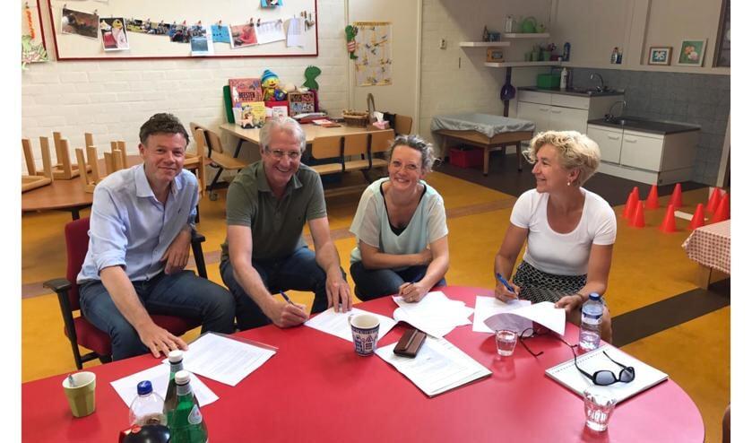 V.l.n.r. ondertekenen Jacob van Goor, Jurjen Witte, Judith Mariën en Annemieke Witte.