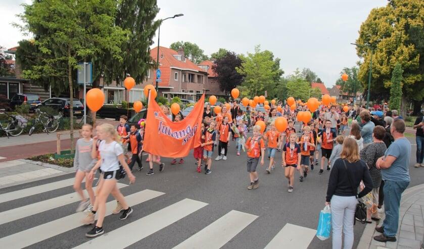 Vrijdag 8 juni was weer de traditionele intocht van de Avondvierdaagse op de Hessenweg in De Bilt. De Julianaschool liep er weer gekleurd bij.