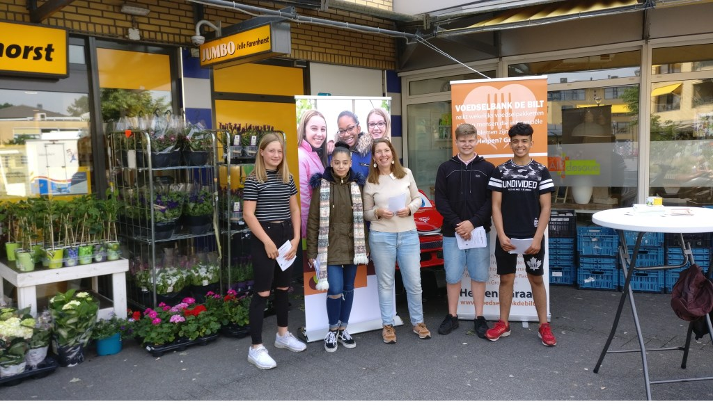 Leerlingen van Ares VMBO Maartensdijk zijn druk met de inzameling en weten uiteindelijk 32 kratten vol houdbare producten op te halen.  © De Vierklank