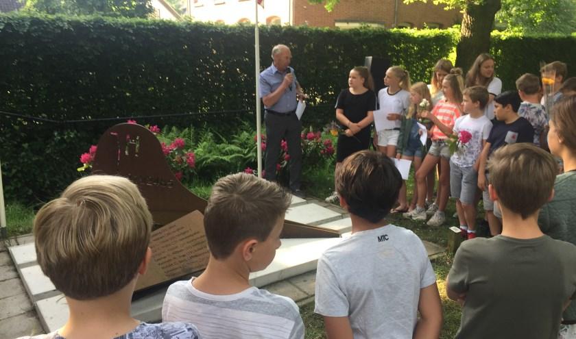 Nijepoort-leerlingen bij het monument.