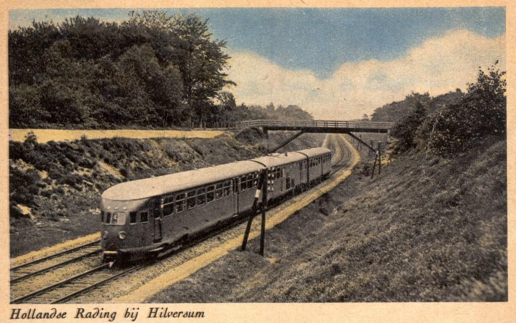 Trein in 1950 onder de spoorwegovergang bij de Zwaluwenberg in Hollandsche Rading.  © De Vierklank