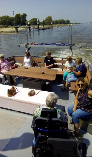 Zonnebloemgasten genieten van de boottocht.