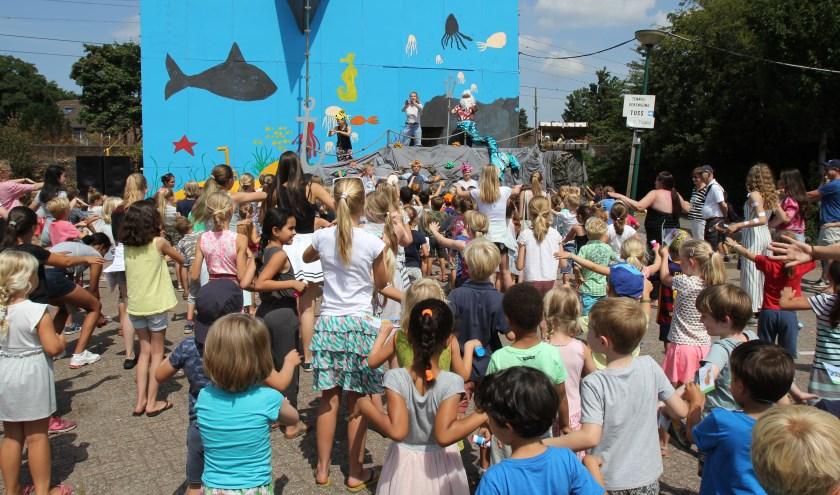 Optreden en creatieve invulling tijdens de kindervakantieweek.