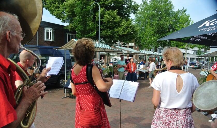 Straatorkest 'Fanfare van het Vuur' brengt swingende muziek.