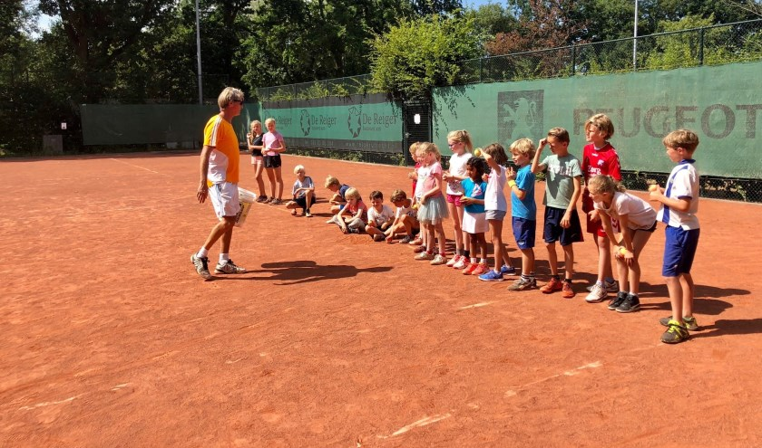 Rik van Savooyen brengt de jeugd tenniskneepjes bij tijdens het tenniskamp.