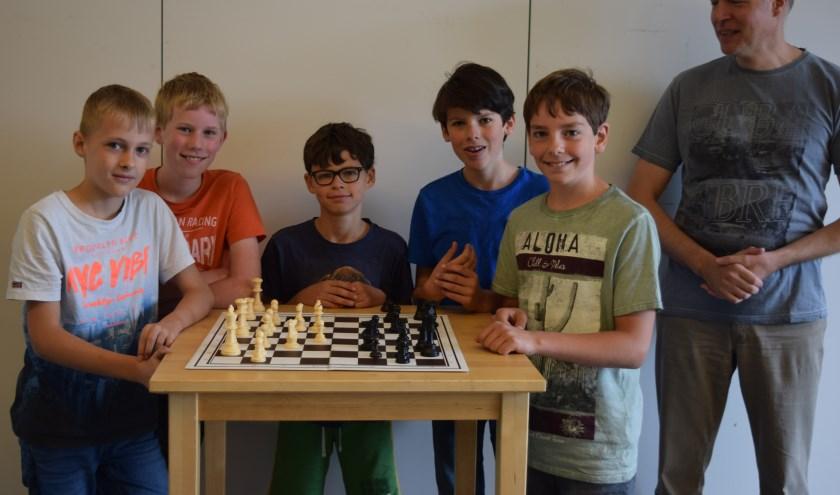 Het team van Wereldwijs eindigde uiteindelijk op de 31e plaats, met van links naar rechts: Arnout, Harmen, Jorik, Jelle, Olivier en schaakmeester Thijs.
