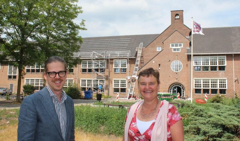 De wethouders Dolf Smolenaers en Anne Brommersma voor Het Nieuwe Lyceum, waar ook zonnepanelen worden aangebracht.