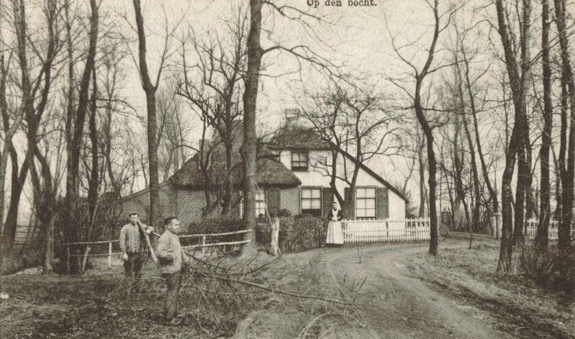RM Op den bocht.jpg  Aan de Achterweteringseweg 70 ligt boerderij De Twaalf Gaarden; mogelijk voorheen - blijkens deze foto uit de digitale verzameling van Rienk Miedema - ook bekend onder de naam 'Op den bocht'. Op de zandweg tussen de Achterweteringseweg en de Dr. Welfferweg werd vermoedelijk vanaf de zeventiende eeuw tol geheven. De tolboom stond tot 1892 bij de hoeve en vormde een bijverdienste voor de bewoners. Het zandpad had in de vol