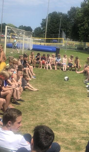 Rustmoment op het zonovergoten terrein van SVM tijden het jeugdkamp.