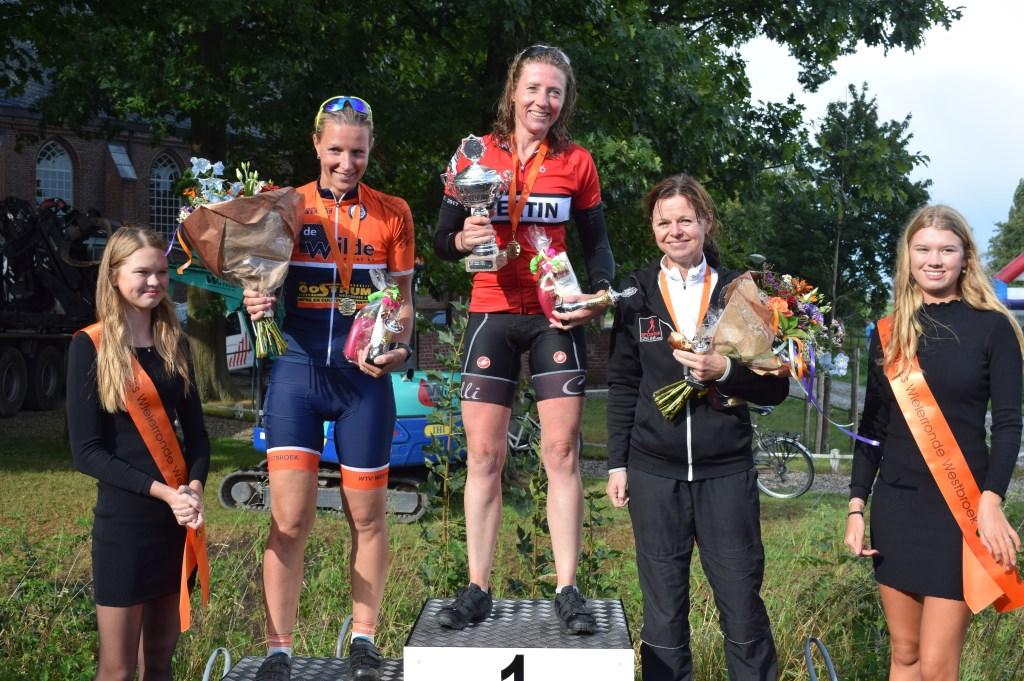 Prijsuitreiking dames: v.l.n.r. Yvonne Verheul, Marleen Janssen en Marion Stolk.  © De Vierklank