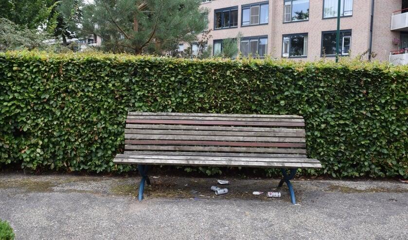 Zwerfafval in het parkje aan de Jan Provostlaan in Bilthoven is de bewoners een doorn in het oog.