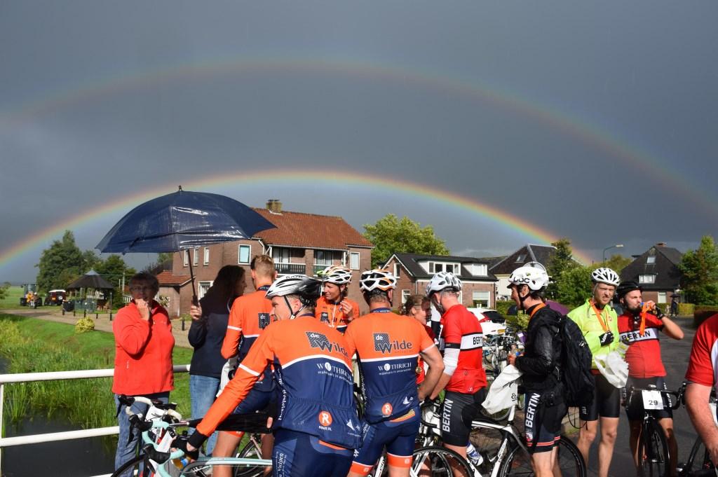 Wachten op de prijsuitreiking, onder twee regenbogen.  © De Vierklank