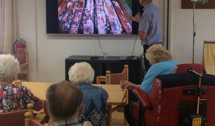 Aart van der Linden vertelt enthousiast over bijen.
