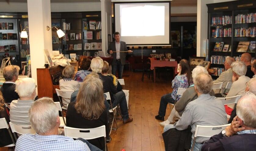 Joris Hellevoort, boswachter bij Utrechts Landschap verzorgde een lezing over zijn boek 'De Droevigers, familie van Sil de Strandjutter'. [foto Reyn Schuurman]