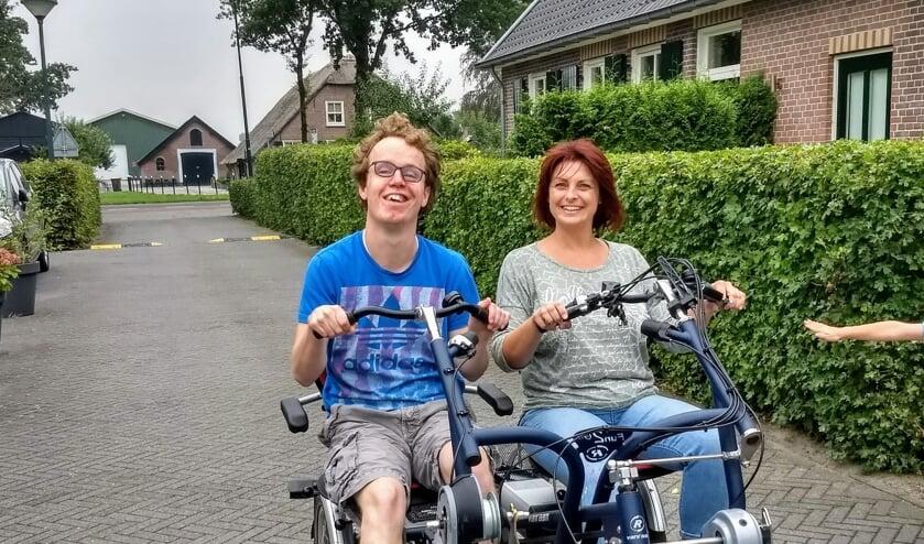 Zorgondernemer Nathalie van Middelkoop probeert een meer-persoonsfiets met een bewoner uit.