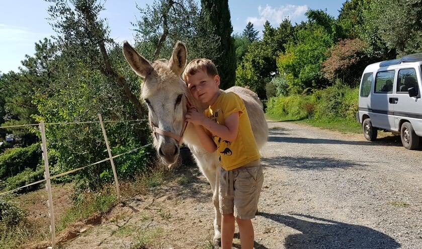 Loek denkt dat iedereen het vast wel leuk zal vinden om in de krant te zien dat Loek op vakantie een knuffelezel had in een huisje in Italië.