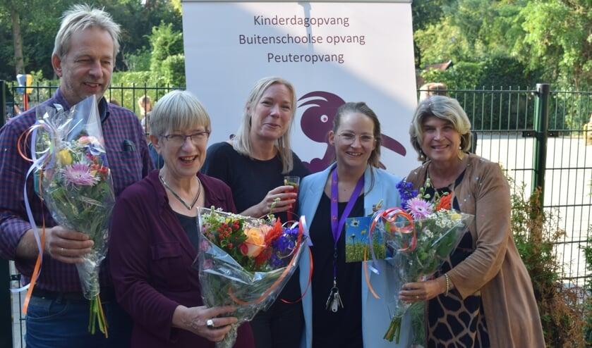 Wethouder Madeleine Bakker (r) opent het Kinderdagverblijf op de Van Dijckschool in Bilthoven. Links de directeur van de Van Dijckschool Rob van Maanen.