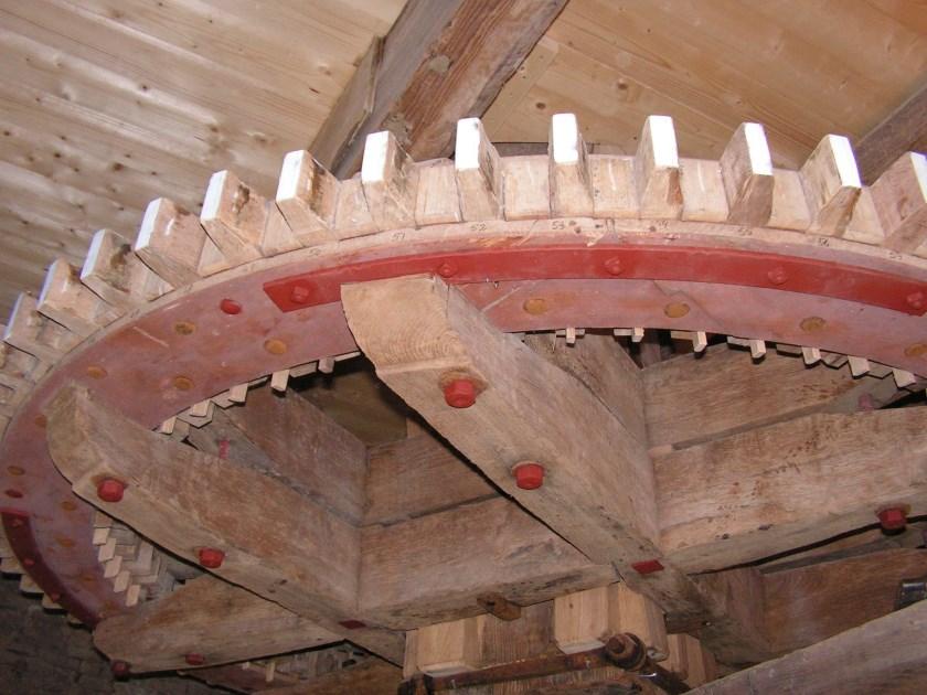 Het spoorwiel dat op het koningsspil zit en waarmee het maalwerk wordt aangedreven.