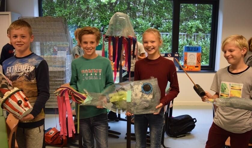 Leerlingen van de brugklas met hun kunstwerk 'Stinkvis'.