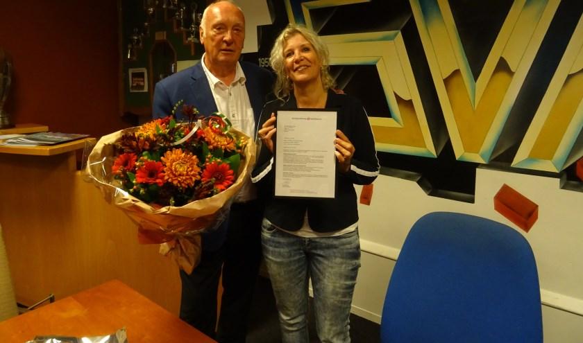 Trots toont Majorie Overvoorde het certificaat dat aangeeft dat SVM een officieel Leerbedrijf is. Met een mooie bos bloemen wenst voorzitter Frans van de Tol de stagecoördinator veel succes toe.