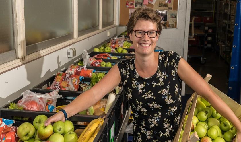 Karina steekt regelmatig de handen uit de mouwen bij de Voedselbank.