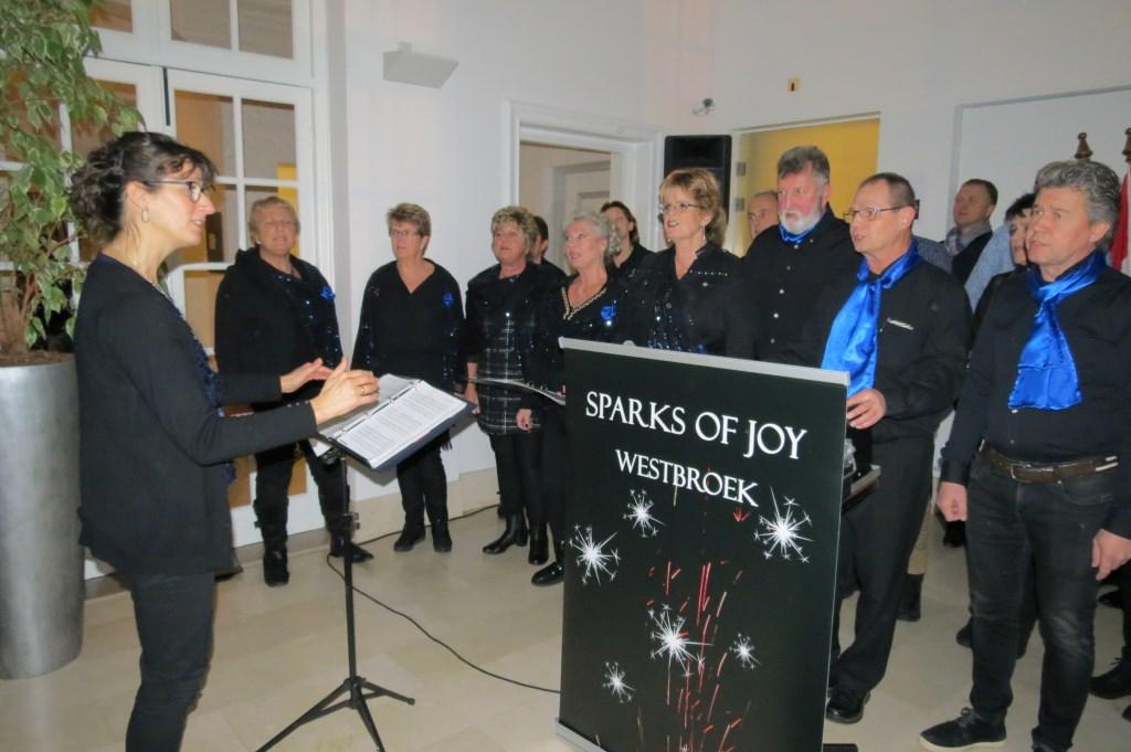 Gospelkoor Sparks of Joy uit Westbroek verwelkomde de bezoekers bij binnenkomst.  © De Vierklank