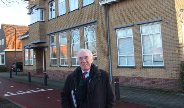 Jacques Reijniers voor het pand op het adres Koningin Wilhelminaweg 477 te Groenekan, de voormalige huisvesting van het kantoor van de Eerste Stichtsche Kopergieterij en Metaalwarenfabriek (ESKEM). Tot het begin van de jaren zeventig van de vorige eeuw was het kantoor van dit bedrijf hier gevestigd.  © De Vierklank