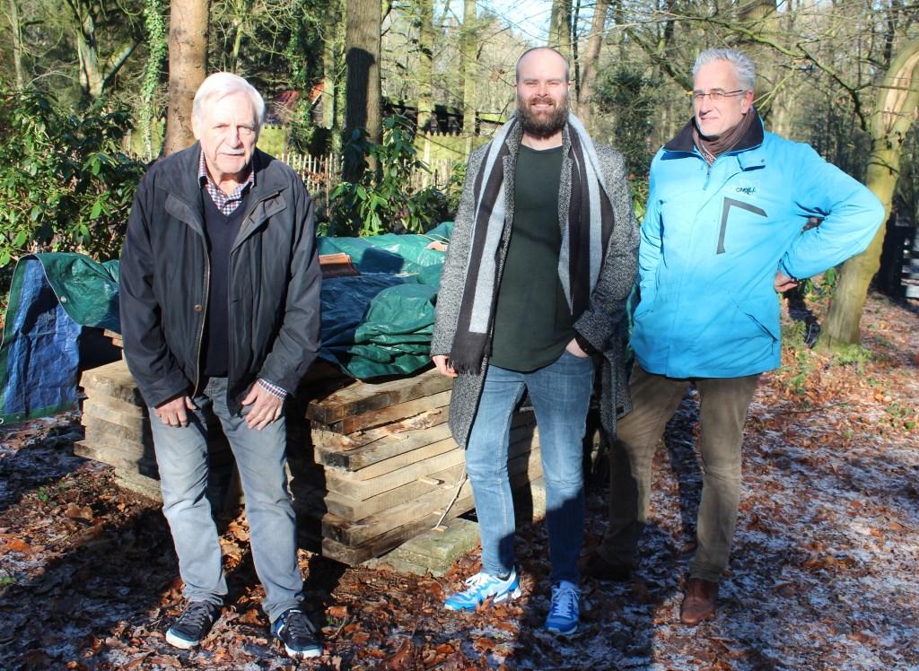 V.l.n.r. Kees Floor, Andrew Verhulp en Jurgen Prins bij het nu 'droog wordende' hout, dat nu binnenkort verder verwerkt kan worden.  © De Vierklank