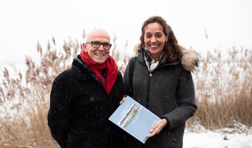 Ruud van Groesen overhandigde het rapport aan Liz van Duin.