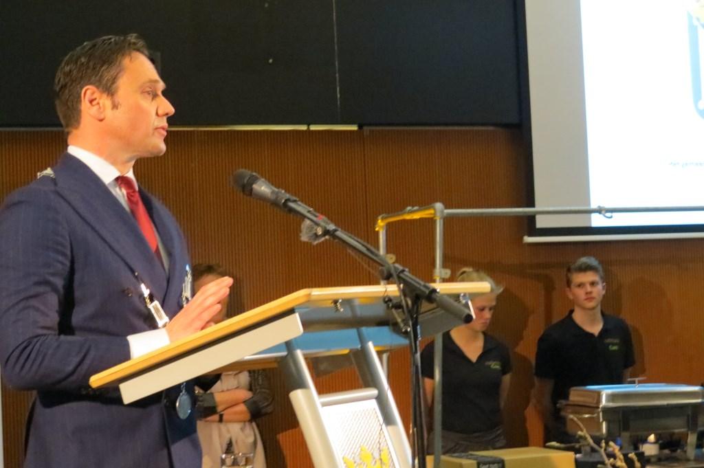 Burgemeester Sjoerd Potters tijdens zijn nieuwjaarstoespraak.  © De Vierklank