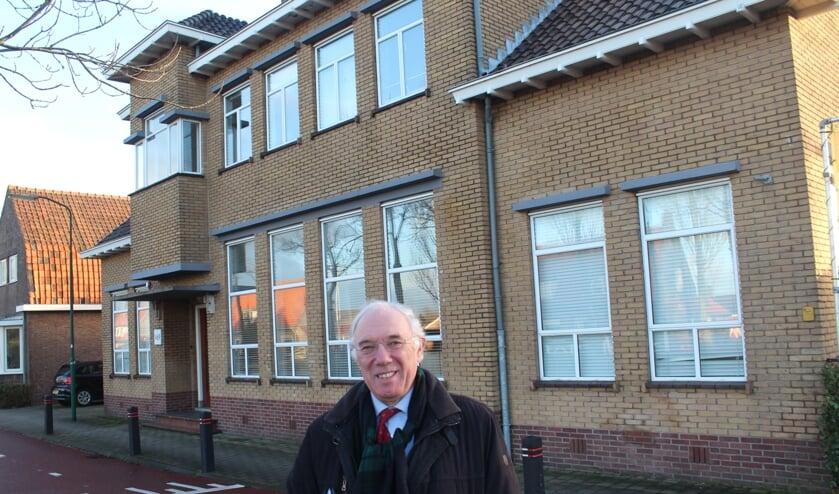 Jacques Reijniers voor het pand op het adres Koningin Wilhelminaweg 477 te Groenekan, de voormalige huisvesting van het kantoor van de Eerste Stichtsche Kopergieterij en Metaalwarenfabriek (ESKEM). Tot het begin van de jaren zeventig van de vorige eeuw was het kantoor van dit bedrijf hier gevestigd.