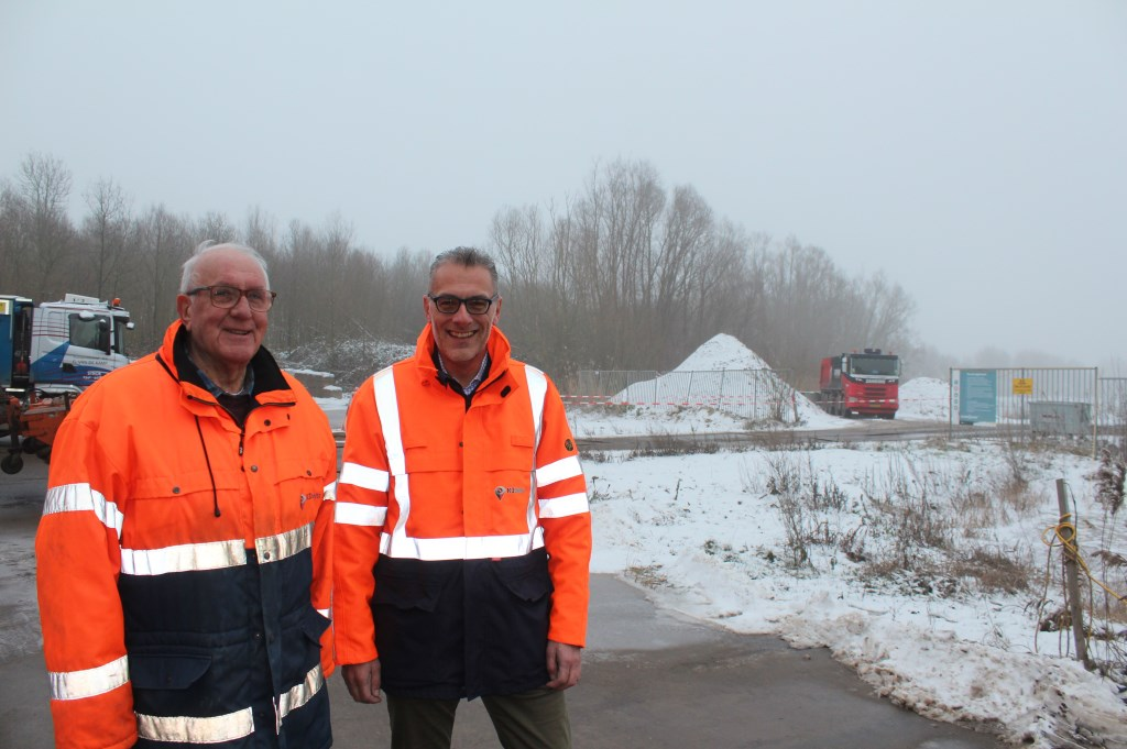 Toezichthouder Gerrit van Ginkel (l) en projectleider Wim Vermeule zien de auto's af en aan rijden.  © De Vierklank
