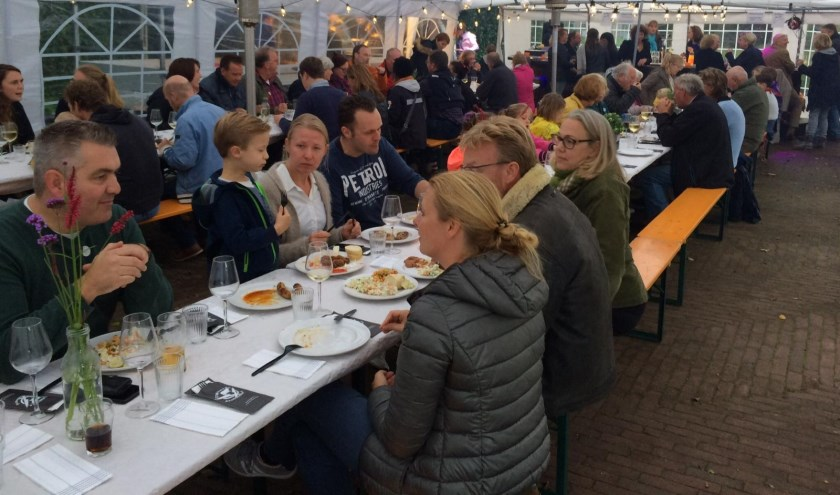 Hollandsche Rading tekent voor een zeer geslaagd culinair burenfeestje.