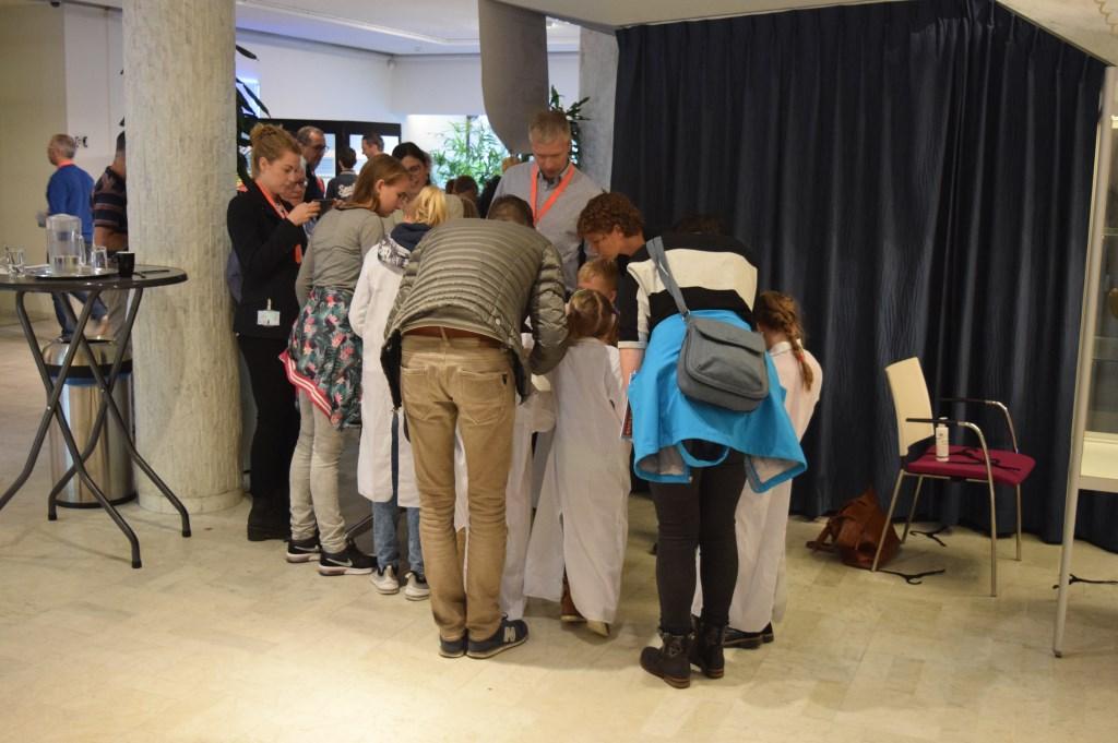Bezoekers doen mee met een workshop.  © De Vierklank