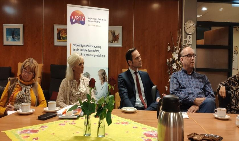 Burgemeester Sjoerd Potters luistert aandachtig naar de ervaringen van VPTZ-vrijwilligers.