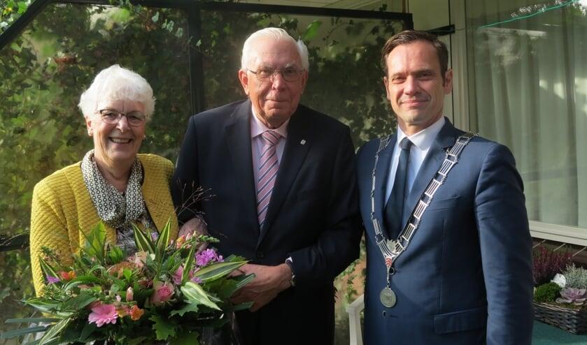 Het diamanten bruidspaar met burgemeester Sjoerd Potters.
