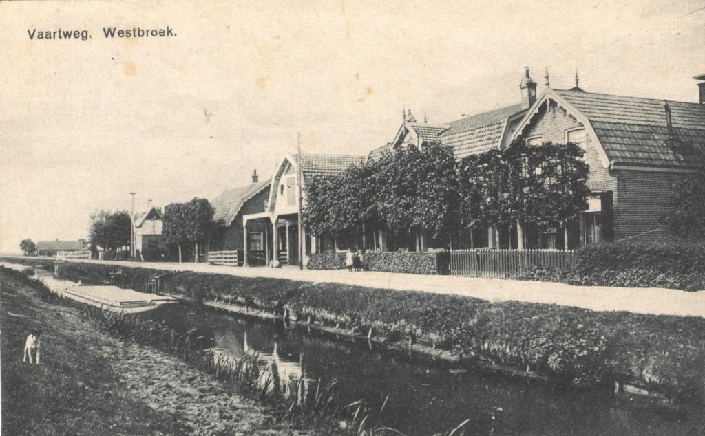 De bebouwing aan de Vaartweg 16 -22 in Westbroek verhuisde in 1960 naar de Burgemeester Huydecoperweg in Westbroek. [foto uit de digitale verzameling van Rienk Miedema].  © De Vierklank