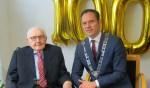 Burgemeester op bezoek bij honderdjarige