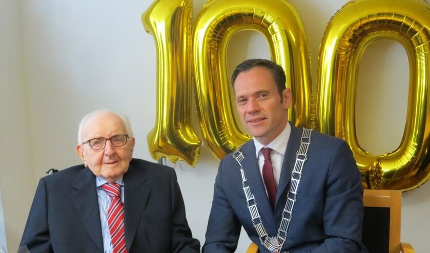 De honderdjarige Jan Geijteman met burgemeester Sjoerd Potters.