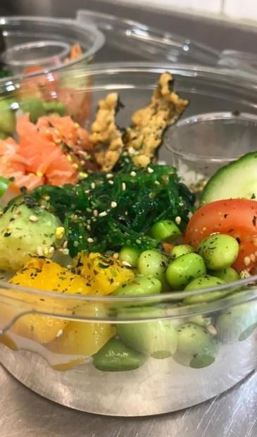 De Poké bowl met rijst, groente en tonijn of zalm is een van de toppers uit de winkel.
