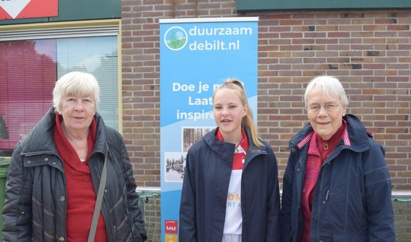 V.l.n.r. Truus te Pas en Fieke Faber met in het midden een Wereldwinkelstagiaire.