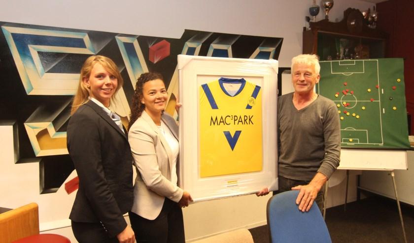 Zaterdag 28 september werd het nieuwe voetbaltenue van SVM Maartensdijk overhandigd aan de hoofdsponsor MAC³PARK.