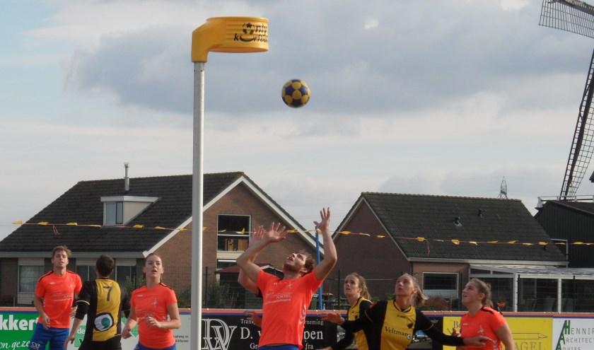DOS (W) in het oranje-blauwe tenue heeft meer korfballend vermogen dan de Kampense naamgenoot..