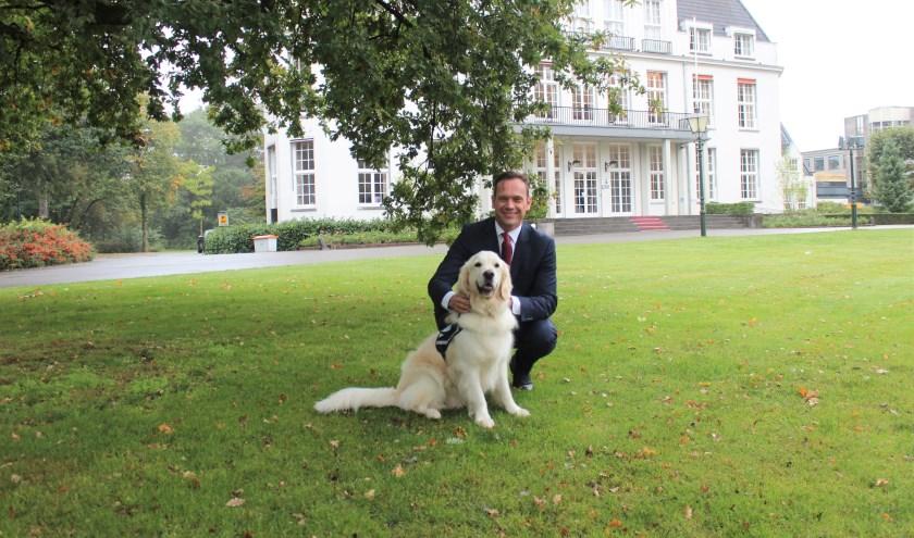 Burgemeester Sjoerd Potters: 'Hulphond Nederland helpt mensen met een fysieke of geestelijke zorgvraag door de inzet van een hulphond'. [foto Henk van de Bunt]