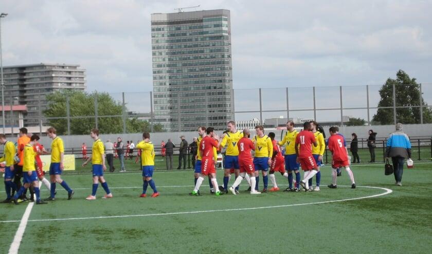 De opkomst van de beide teams: Faja Lobi - KDS speelt op sportpark Aziëlaan; een uniek sportcomplex gelegen op het dak van de parkeergarage (van Ikea), in de wijk Kanaleneiland. (foto Adrie de Vries)
