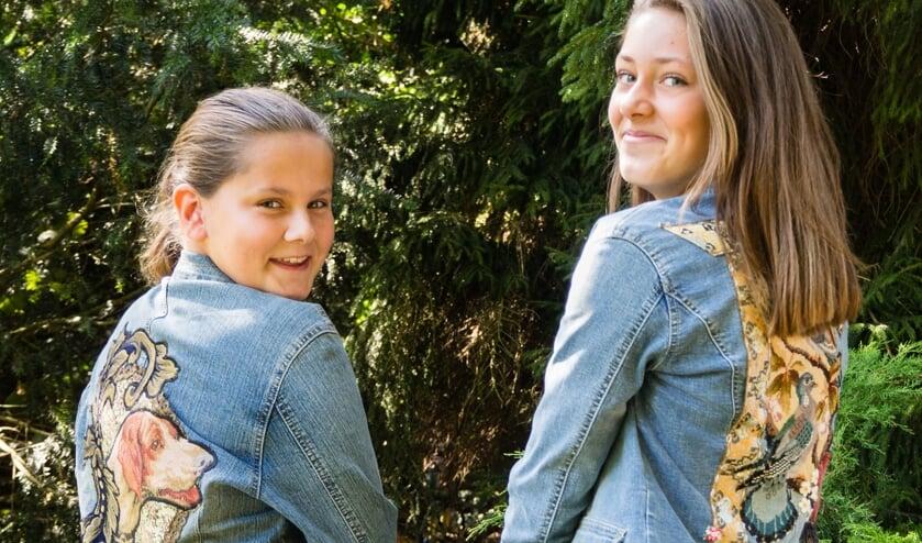 Carlijn en Juul, twee leerlingen van het Nieuwe Lyceum, tonen kleding van het Recycle Lab dat zich specialiseert in een duurzaam restylen van kleding. (foto Maaike Hennekam)